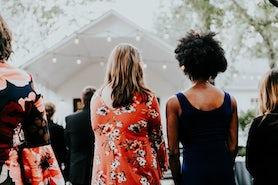 Sklepy, w których kupisz sukienki plus size na wesele