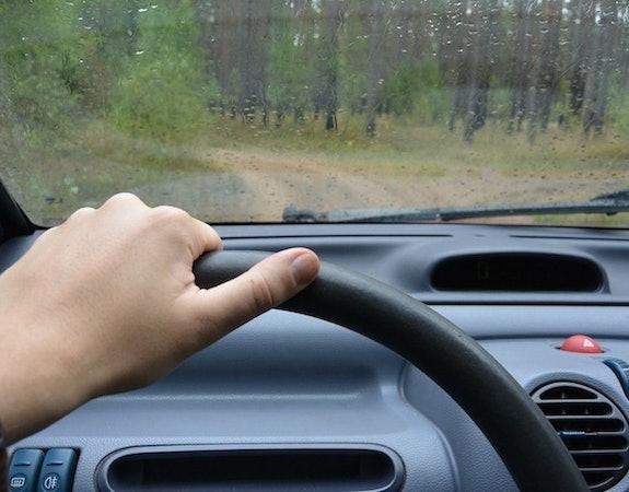 Wymiana opon to nie wszystko. Jak przygotować samochód do jesieni?