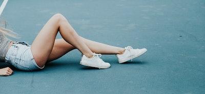 Które białe sneakersy opłaca się teraz kupić?